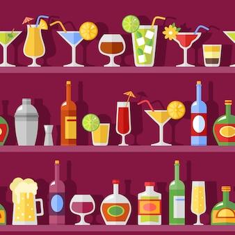 Copas de cóctel y botellas en estantes