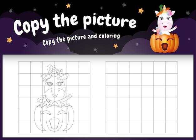 Copie la imagen del juego para niños y la página para colorear con un lindo unicornio usando un disfraz de halloween