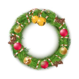 Corona de navidad con adornos y piñas sobre fondo blanco.