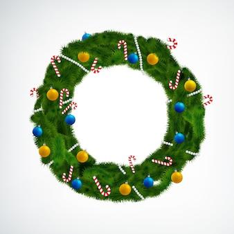 Corona de navidad de coníferas decorada con bolas y caramelos en blanco