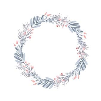 Corona de navidad y frutos rojos en ramas de hoja perenne