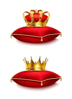 Coronas de oro sobre almohadas ceremoniales rojas aisladas