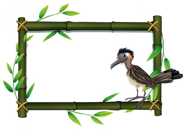 Un correcaminos en el marco de bambú.