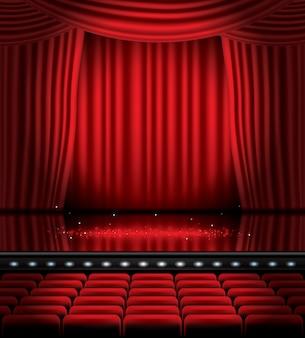 Cortinas rojas abiertas con asientos y copie el espacio.