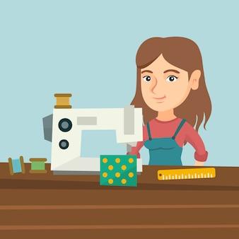 Costurera con máquina de coser en el taller.