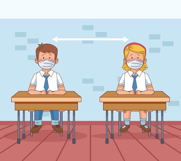 Covid preventivo en la escena escolar con pareja de pequeños estudiantes y distancia social en escritorios.