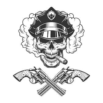 Cráneo en sombrero de policía fumar cigarro