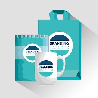 Cuaderno con taza de café y bolsa de producto