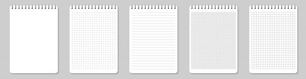 Cuadernos forrados y puntos de papel en blanco