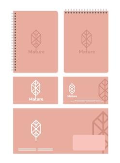 Cuadernos y paquete de elementos de conjunto de maquetas con diseño de ilustración en blanco