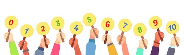 Cuadro de mando en mano. el juez del concurso tiene en las manos la tarjeta de votación, los números de votación y la ilustración de tarjetas de miedo.