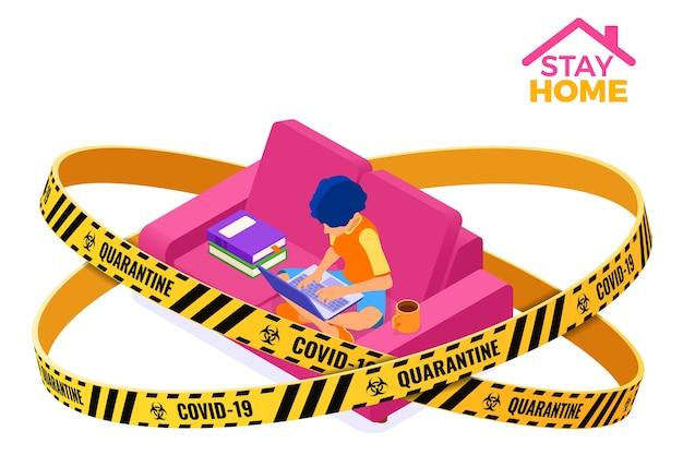 Cuarentena de coronavirus quedarse en casa. cursos de educación en línea o examen a distancia con cinta de barrera de advertencia de carácter isométrico e-learning desde casa niña en sofá con libro y computadora portátil