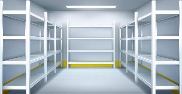 Cuarto frío en almacén con estanterías metálicas vacías