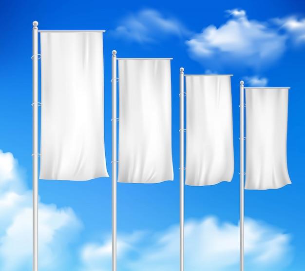 Cuatro banderas de poste en blanco blancas establecen la plantilla para el anuncio de evento de venta de decoración al aire libre