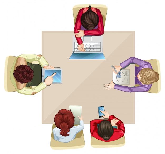 Cuatro empresarios trabajando en la mesa.