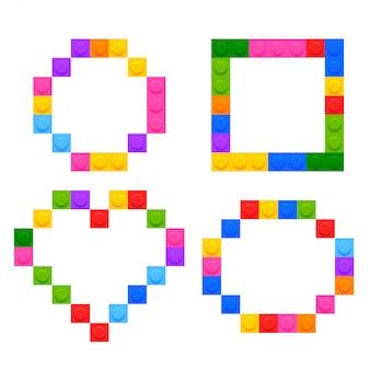 Cuatro formas geométricas hechas con bloques de juguete de plástico.