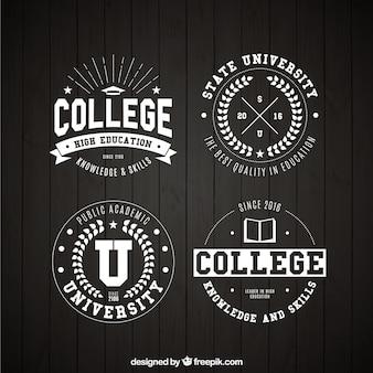 Cuatro insignias de universidad en estilo vintage