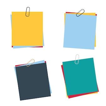 Cuatro juegos de papel con grapas de diferentes colores.