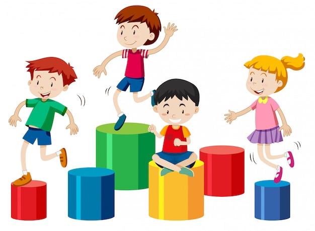 Cuatro niños jugando juntos aislado sobre fondo blanco.
