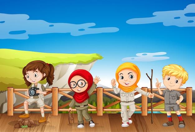Cuatro niños en traje de safari en la montaña