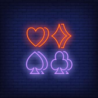 Cuatro símbolos de traje letrero de neón