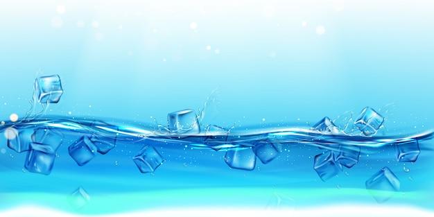Cubitos de hielo flotando agua con salpicaduras y gotas de fondo