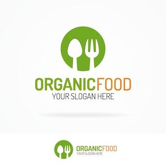 Cuchara y tenedor de logotipo de alimentos orgánicos en círculo verde.