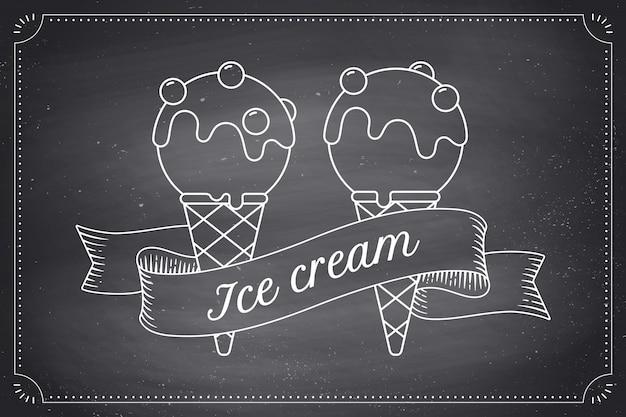 Cucharada de helado en conos y cinta de grabado vintage