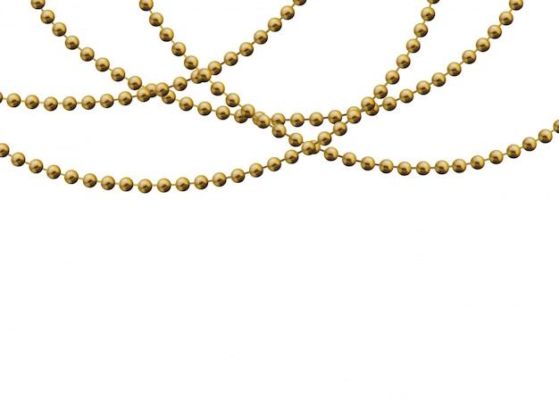 Cuentas de oro sobre un fondo blanco. una hermosa cadena de color amarillo.