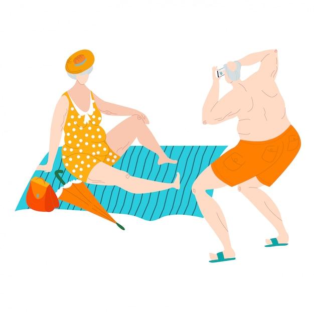 Cuerpo positivo gordo anciano hombre y mujer en trajes de baño en la playa del mar hacen fotos más tamaño personas caucásicas ilustración plana.