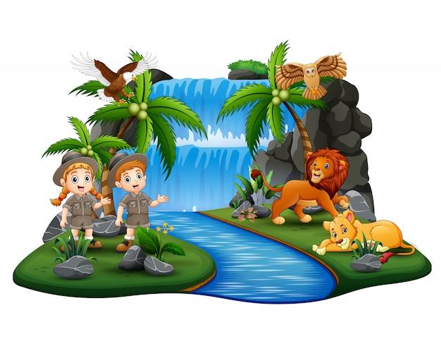 Los cuidadores del zoológico con animales salvajes en la isla de la naturaleza