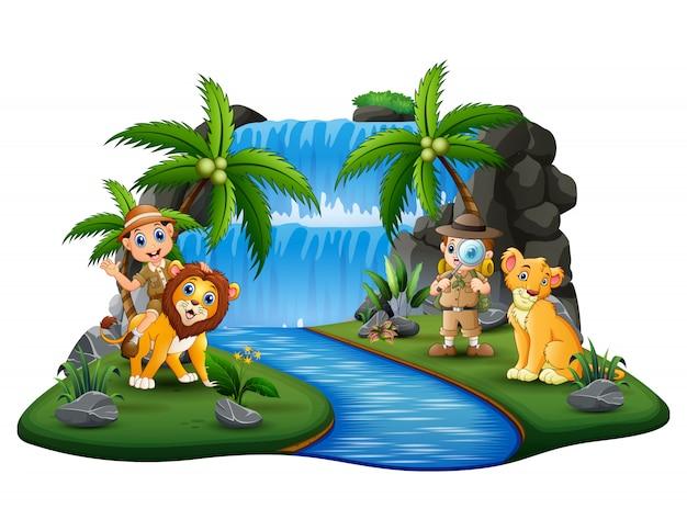 Los cuidadores del zoológico con leones en la isla de la naturaleza