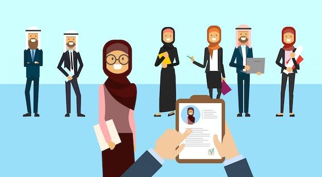 Currículum árabe vitae reclutamiento candidato posición de trabajo manos sostienen perfil cv elegir entre grupo árabe de empresarios para contratar entrevista empresaria