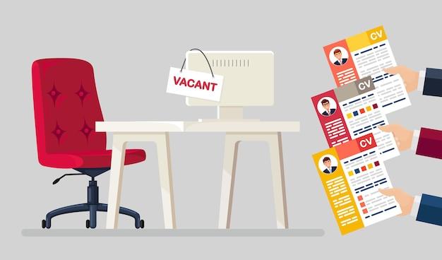 Currículum vitae de negocios en mano sobre silla de oficina. entrevista de trabajo, contratación, búsqueda de empleadores, contratación.