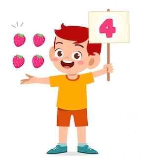 Cute little kid boy estudiar matemática número cuenta fruta
