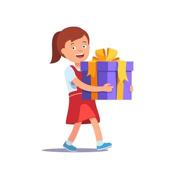 Cute niña celebración arco de cinta grande envuelto caja de regalo