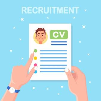 Cv empresarial en mano. entrevista de trabajo, contratación, búsqueda de empleadores, contratación. recursos humanos