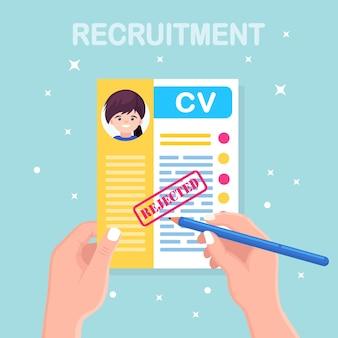 Cv negocio rechazado currículum en mano. entrevista de trabajo, contratación, concepto de empleador de búsqueda
