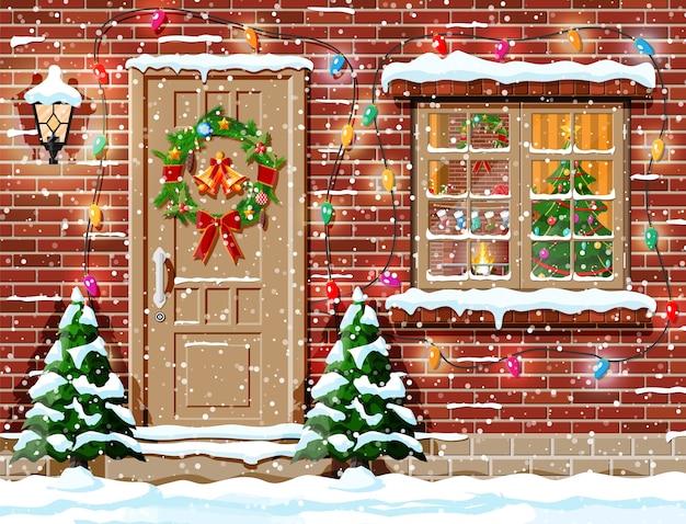 Decoración de fachada navideña con árboles y nieve.