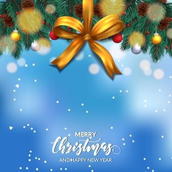 Decoración de guirnalda de hojas de abeto con cono de pino, adorno colgante, cinta dorada y cielo azul bokeh para feliz navidad