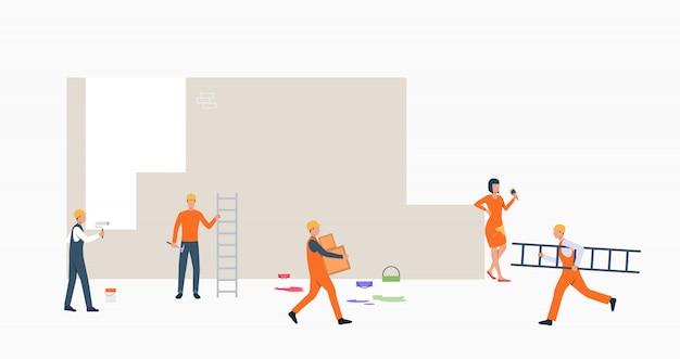Decoradores pintando pancarta de pared
