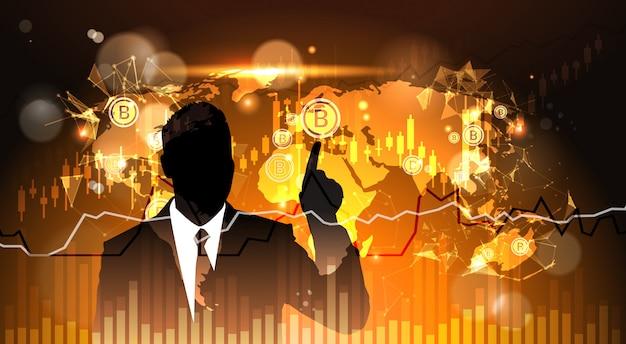 Dedo del punto del hombre de negocios de la silueta a bitcoin sobre el mapa de mundo crypto currency concept digital web m