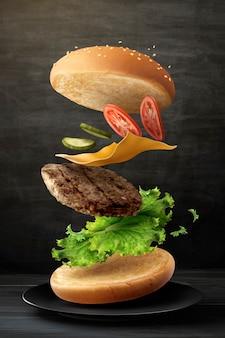 Deliciosa hamburguesa volando en el aire sobre fondo de pizarra en ilustración 3d