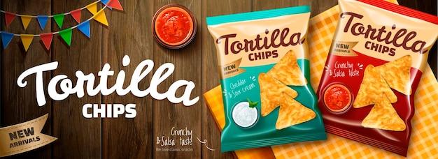 Deliciosos chips de tortilla con salsa salsa y paquete sobre mesa de madera