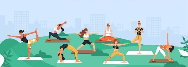 Deportivas mujeres practicando yoga en el parque.