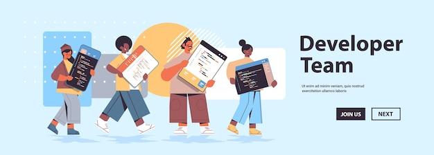 Desarrolladores web de carreras mixtas creando código de programa desarrollo de software y concepto de programación espacio de copia