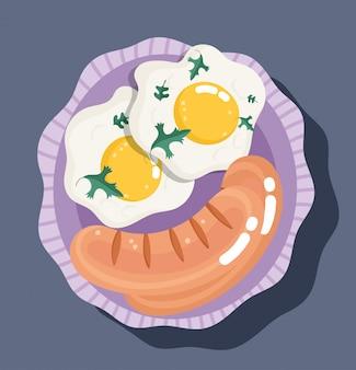 Desayuno fresco con salchichas y huevos fritos.