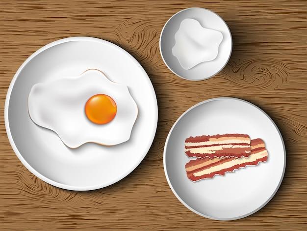 Desayuno por la mañana. huevos revueltos, tocino, mayonesa.