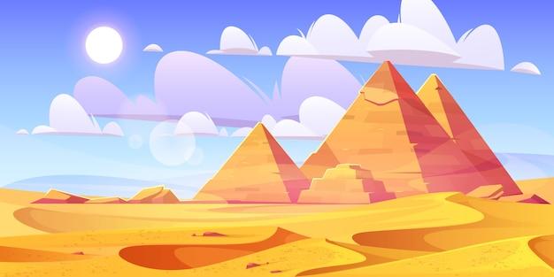 Desierto egipcio con antiguas pirámides