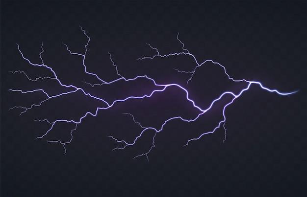 Destello de un rayo, tormenta sobre un fondo negro transparente. descarga eléctrica que brilla intensamente brillante.
